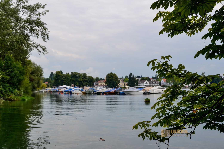 Der kleine Hafen mit den Sportbooten vor Lindau am Bodensee.