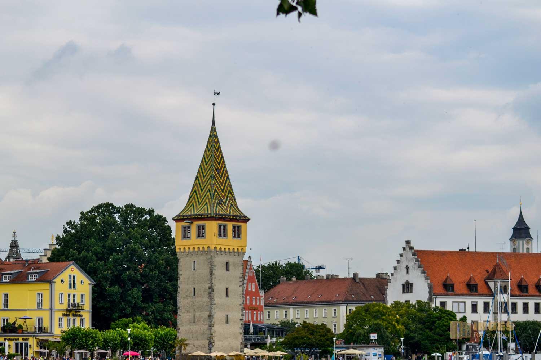 Ein Blick auf den Mangturm an der Hafenpromenade in Lindau am Bodensee.