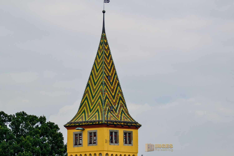 Das Dach des Mangturms an der Hafenpromenade in Lindau am Bodensee.