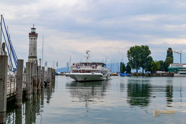 Ein Schiff legt im Hafen in Lindau an.