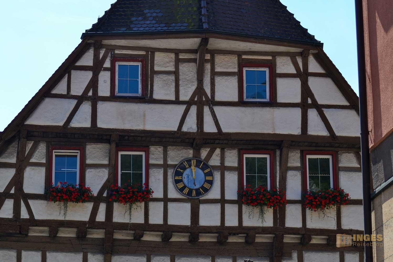 Das Rathaus von Blaubeuren liegt in der Altstadt.