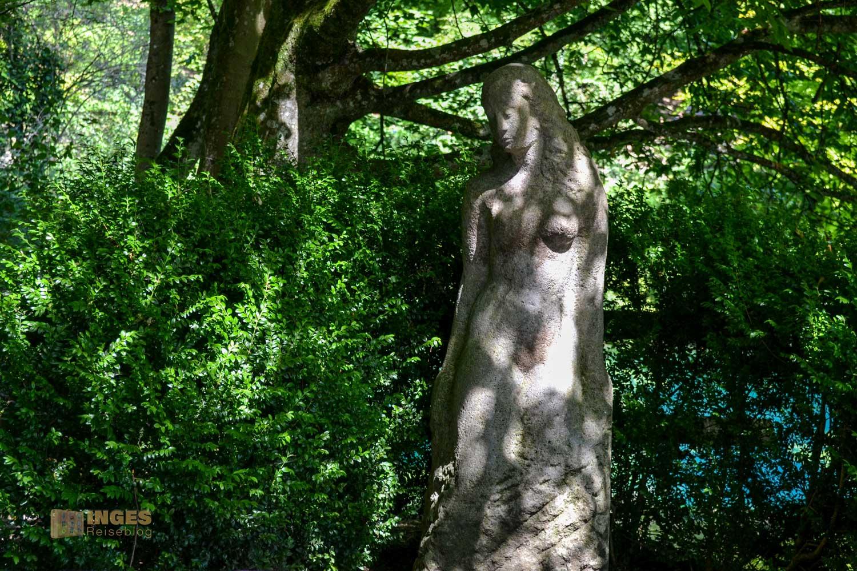 Die Statue der Schönen Lau am Blautopf in Blaubeuren.