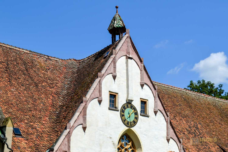 Die Uhr am Kloster in Blaubeuren.