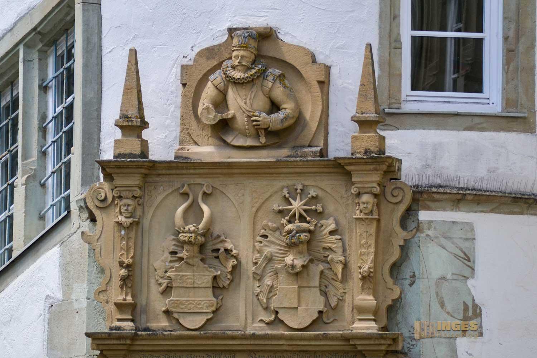 Das Wappen der Linie Gemmingen-Rodenstein am Portal zum Wasserschloss Bad Rappenau.