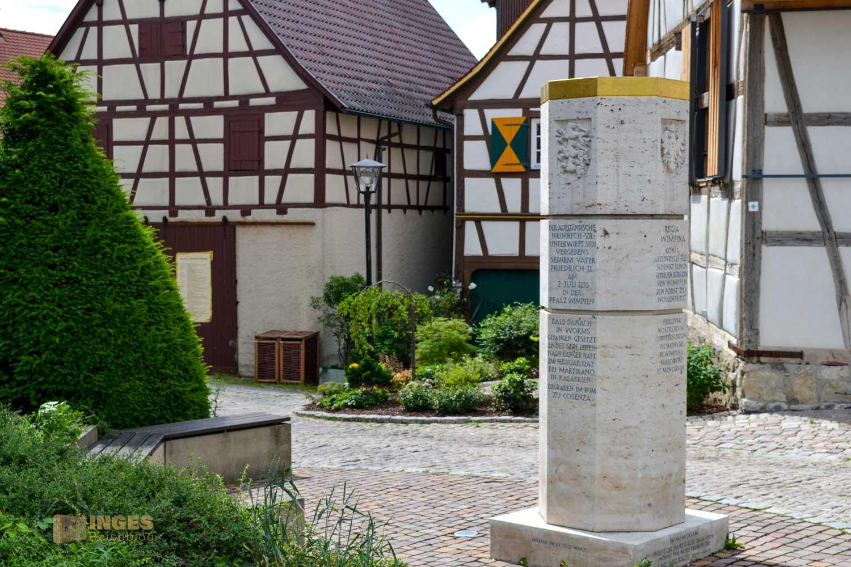 Die Stauferstele beim Steinhaus in der Bergstadt Bad Wimpfen