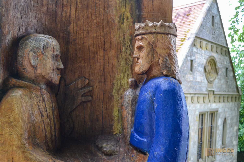 Die Skulptur Friedrich II. und Franz von Assisi vor der Barbarossakirche in Hohenstaufen.