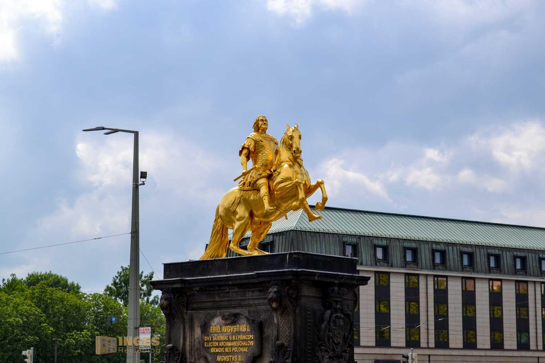 Der Goldene Reiter steht am Neustädter Markt in Dresden