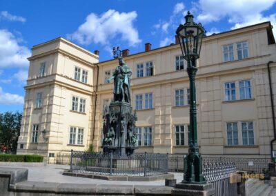 Statue Karl IV. vor der Karlsbrücke in Prag