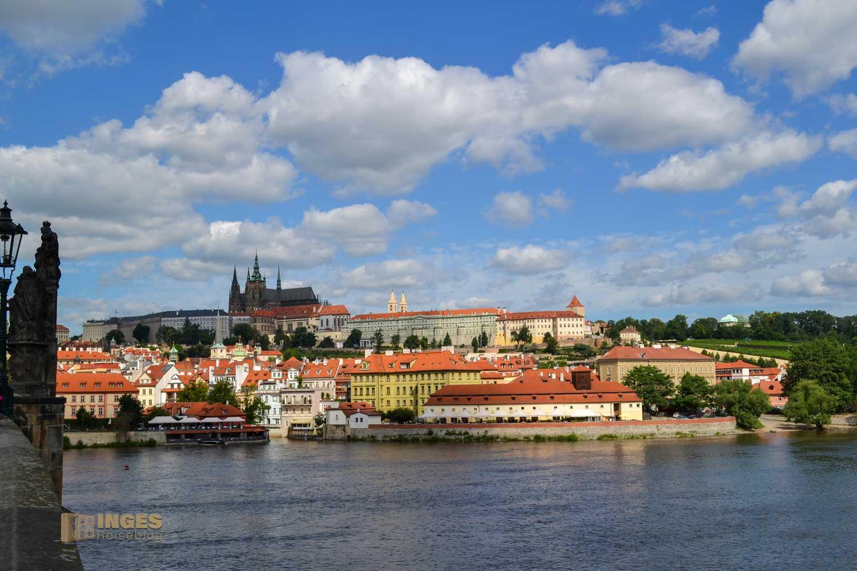 Blick von der Karlsbrücke auf die Prager Burg