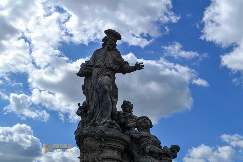 Statue der Hl. Ivo auf der Karlsbrücke
