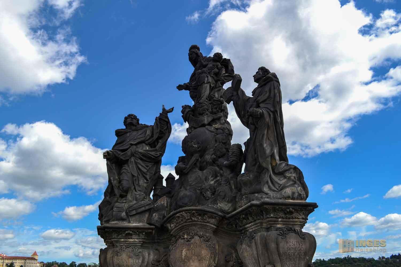 Statuengruppe Madonna mit hl. Dominikus und Thomas v. Aquin auf der Karlsbrücke in Prag
