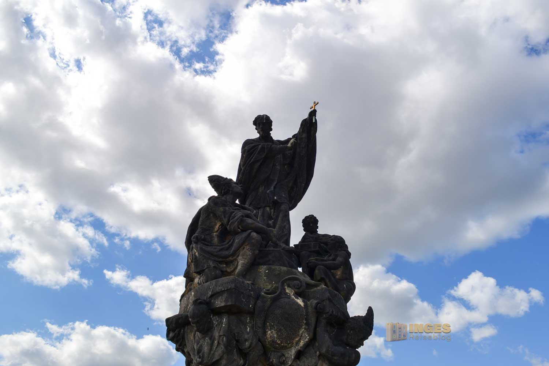 Die Statue vom hl. Franziskus Xaverius auf der Karlsbrücke