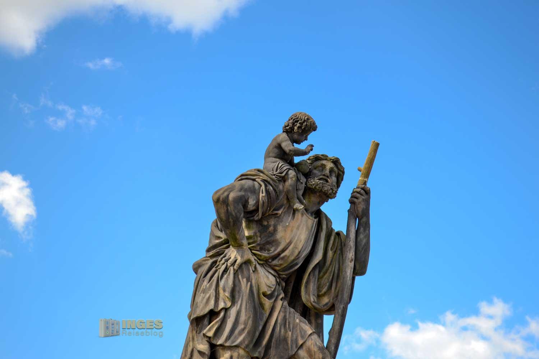 Der hl. Christophorus als Statue auf der Karlsbrücke in Prag