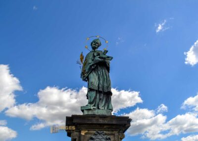 Die Statue der hl. Johannes Nepomuk auf der Karlsbrücke in Prag