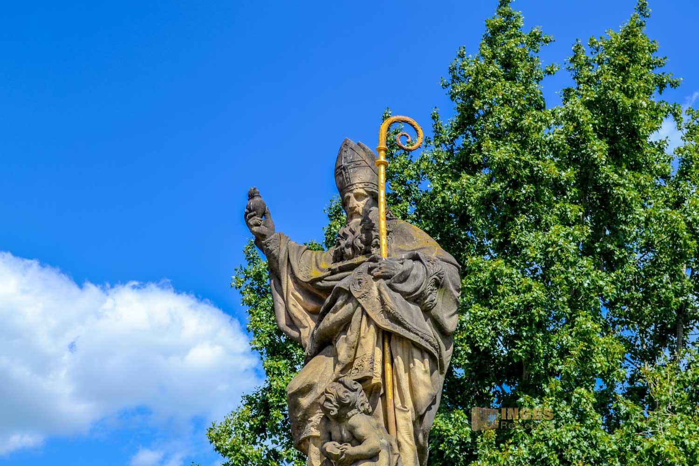 Die Brückenfigur des Hl. Augustinus auf der Karlsbrücke