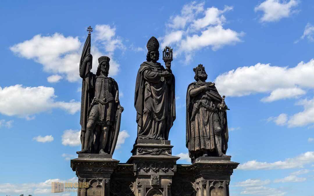 Die Statuen auf der Karlsbrücke in Prag