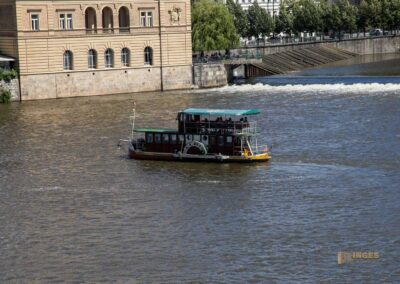 Blick von der Karlsbrücke auf die Moldau in Prag