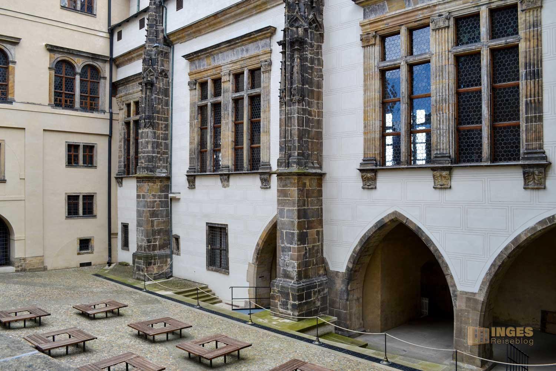 Blick von außen auf den Vladislav Saal im Alten Königspalast auf der Prager Burg
