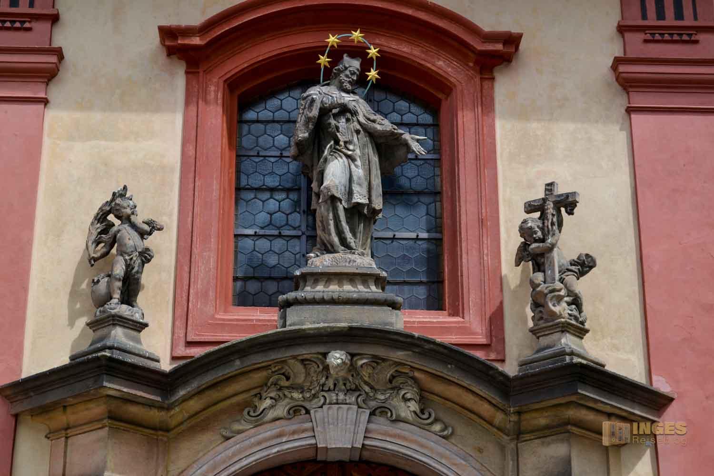 Hl. Nepomuk an der St.-Georgs-Basilika auf der Prager Burg