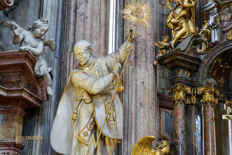 Statuen in der St.-Nikolaus-Kirche auf der Prager Kleinseite