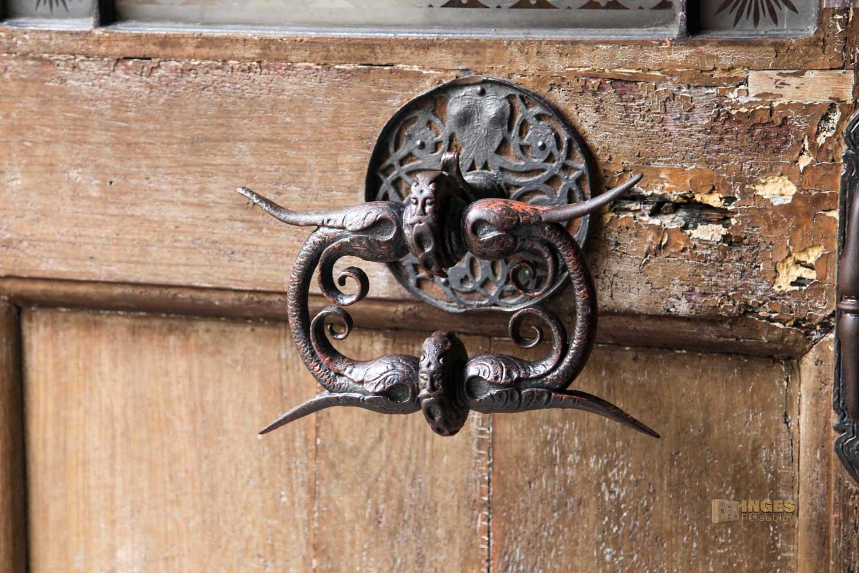 Tür bei der Kirche St. Maria unter der Kette in Prag