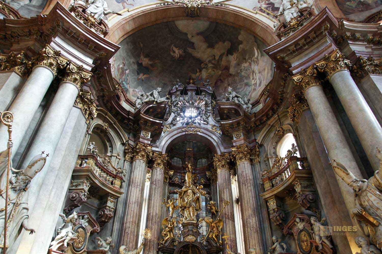 Hauptaltar in der St.-Nikolaus-Kirche auf der Prager Kleinseite