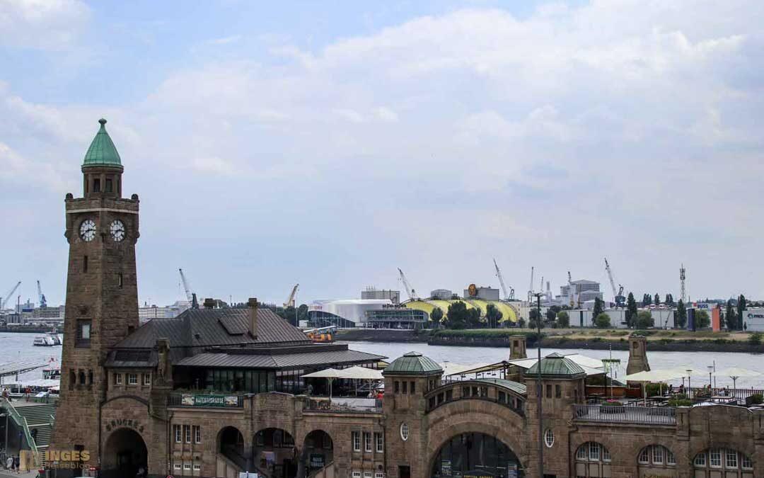 An den St. Pauli Landungsbrücken in Hamburg