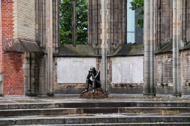 Bronzefigur Prüfung von Edith Breckwoldt im Mahnmal St. Nikolai in Hamburg 7673