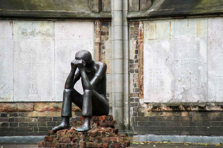 Bronzefigur Prüfung von Edith Breckwoldt im Mahnmal St. Nikolai in Hamburg 7676