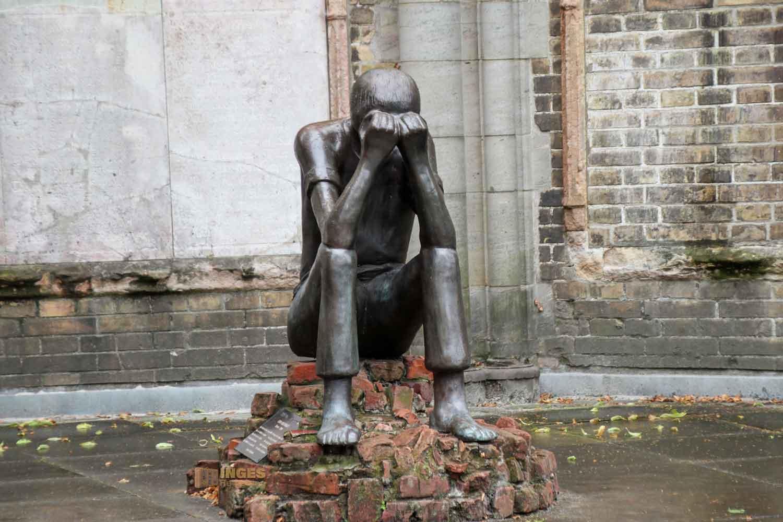 Bronzefigur Prüfung von Edith Breckwoldt im Mahnmal St. Nikolai in Hamburg 7709