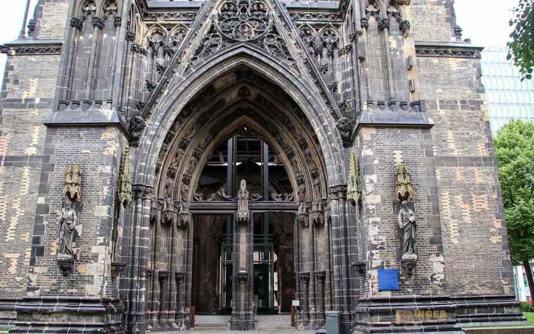 Am Mahnmal St. Nikolai in Hamburg