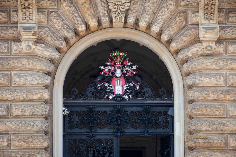 Eingangstor zum Hamburger Rathaus 0178