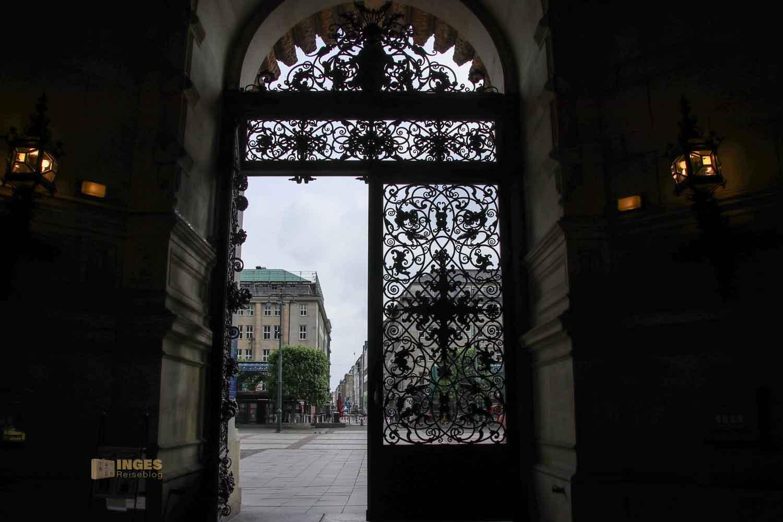 Eingangstor zum Hamburger Rathaus 6155