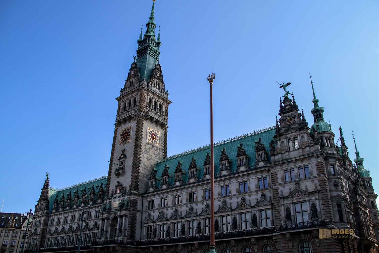 Fahnenmast vor dem Hamburger Rathaus 7844