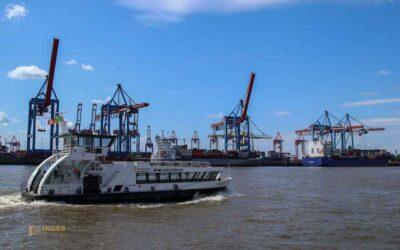 Mit der Hafenfähre auf der Elbe in Hamburg