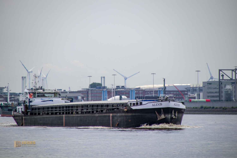 Schifffahrt auf der Elbe bei Hamburg 0940