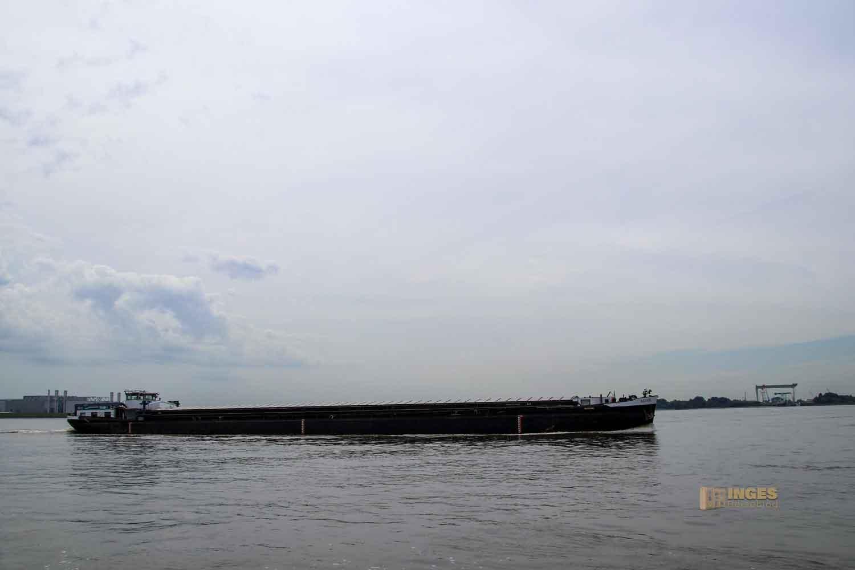 Schifffahrt auf der Elbe bei Hamburg 0958
