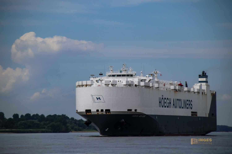 Schifffahrt auf der Elbe bei Hamburg 0980