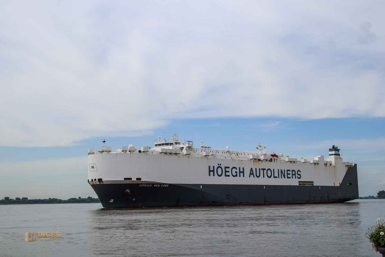 Schifffahrt auf der Elbe bei Hamburg 0987