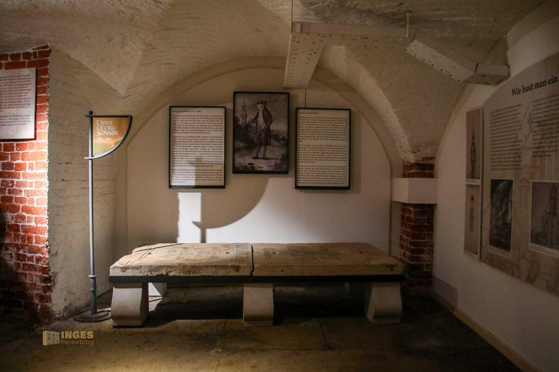 Sonnin-Grab in der Krypta im Michel Hamburg 8565