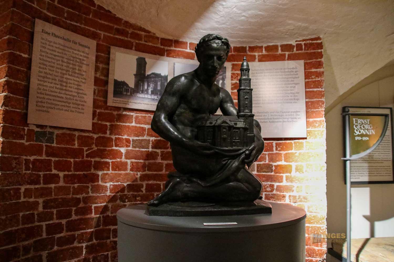 Sonnin-Grab in der Krypta im Michel Hamburg 8578